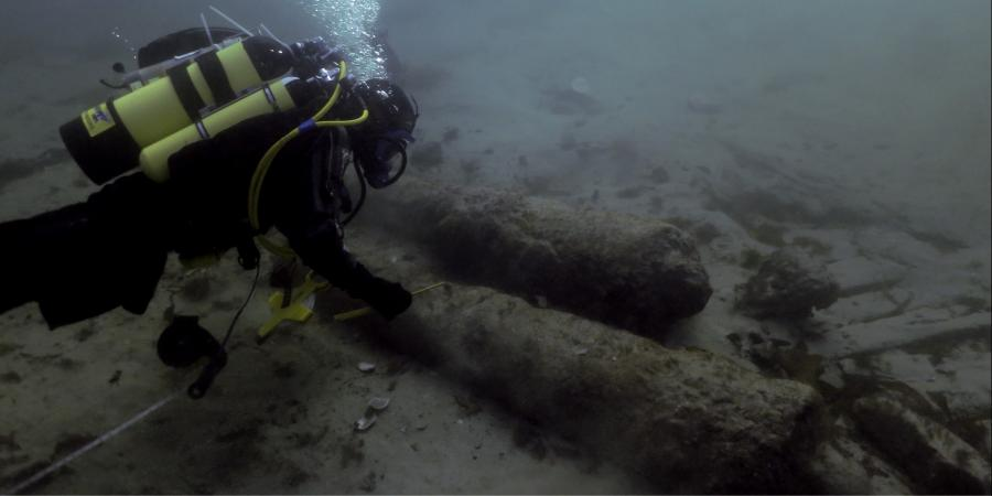 Diving examining cannons of the seabed