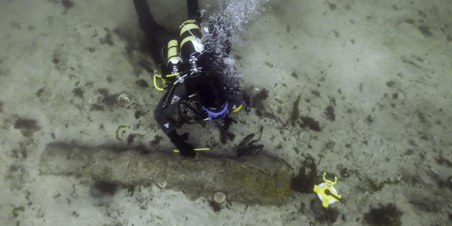Measuring canons on the Drumbeg wreck site