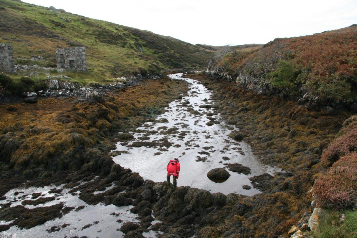 Recording an intertidal fish trap in South Uist