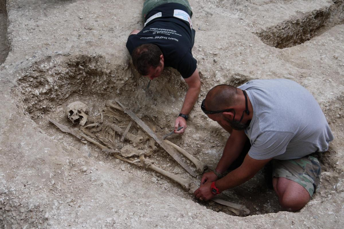 Excavation of a warrior grave at Barrow Clump 2018
